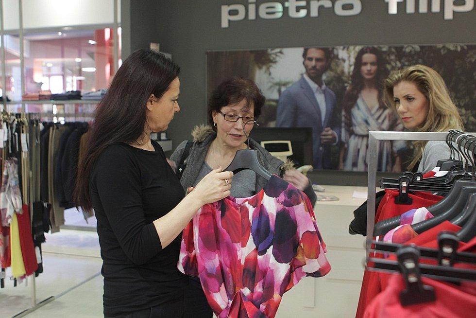 """V tom, co si má paní Hana vyzkoušet, radila kromě personálu obchodu i vlasová stylistka Petra Čalounová. """"Je důležité sladit to, co má žena na sobě, s tím jaký bude mít účes,"""" řekla Petra Čalounová."""