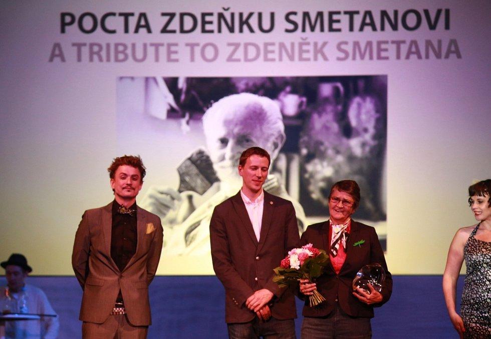 Anifilm 2014, Třeboň. Organizátoři ocenili za celoživotní dílo Zdeňka Smetanu, cenu převzala jeho dcera Věra Benešová.