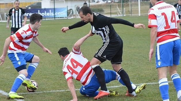 David Ledecký se probíjí obranou Mostaru, jehož hráči ve finále  Medulin Cupu fotbalistům Dynama ani metr hrací plochy nepřenechali lacino. Z výhry 2:0 se přesto radovali Jihočeši.