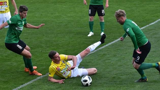 Fotbalisté Dynama porazili Sokolov ve II. lize 1:0 (na snímku Lukáš Provod mezi dvěma hráči hostí) a svůj náskok v čele tabulky zvýšili už na dvanáct bodů.