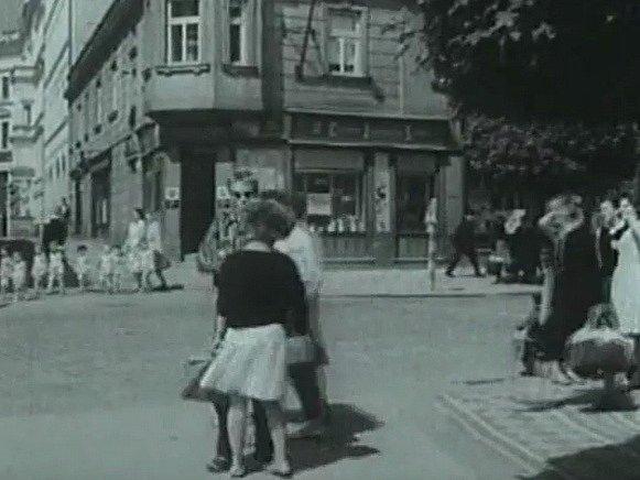 Lidé jdou po dnešním  Masarykově náměstí.