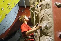 Zkušenější horolezci se jistí sami, amatérům nabídnou orlové instruktora. Lezecké centrum doplňuje i restaurace. Návrh stěny si dělali členové Orla ve spolupráci s firmou, která stěnu vyráběla.