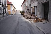 Dříví v centru města Nové Hrady překáží nejen chodcům.