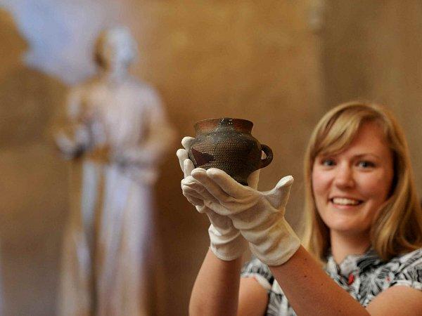 Husitské muzeum vTáboře otevře 5.června velkou výstavu kpoctě Jana Husa. Nabídne stovky exponátů. Na snímku ukazuje takzvaný Husův hrneček pracovnice muzea Pavla Tůmová.