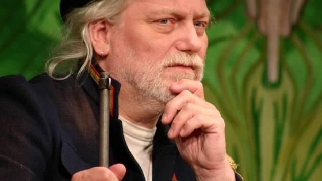 Jan Kašpar (1952 –  2013) v roli náčelníka Líná huba ve hře Divadla Járy Cimrmana nazvané Afrika.