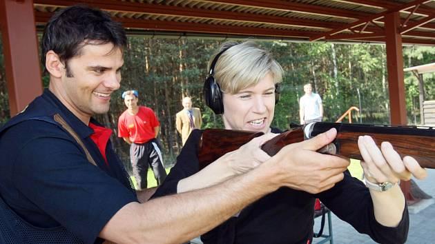 Slavní čeští sportovci David Kostelecký a Kateřina Neumannová se setkali při křtu nového vrhacího zařízení na královéhradecké střelnici v Malšovicích.