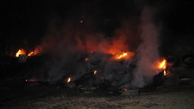 Skládku pneumatik v Křemži zasáhl v noci na pátek mohutný požár.