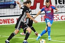 Michael Rabušic v prvoligovém střetnutí Dynama s plzeňskou Viktorií (0:3) v souboji s plzeňským Radimem Řezníkem.