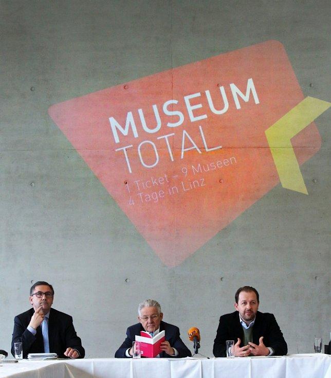 V Linci pořádají od 18. do 21. února Muzejní dny. Do devíti galerií a muzeí bude společné vstupné 10 eur, program míří hlavně na rodiny s dětmi. Snímek z tiskové konference v Muzeu umění Lentos, uprostřed hejtman Josef Pühringer.