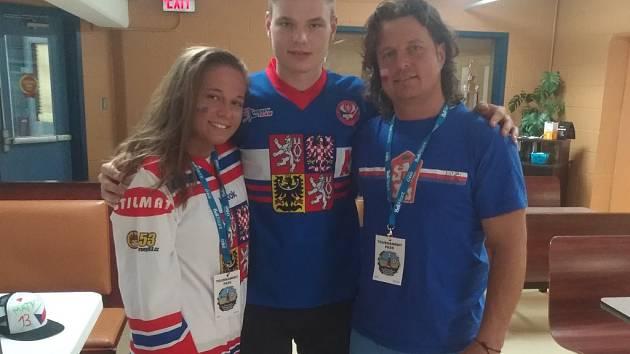 Matyáše Malechu (uprostřed) povzbuzovali v Kanadě i jeho sestra Dominika a otec Vratislav.