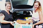 Andrea Vachalíková a její kolegyně Gábina Podlešáková nakládají do kufru 77 kabelek a 74 knížek na Kabelkový veletrh.