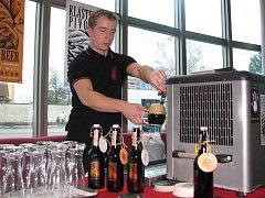 """Díky dlouhé tradici výroby piva mohou vedle sebe existovat v České republice velké společnosti i malé rodinné firmy. Na snímku je stánek pivovaru Strahov při akci """"Pivo roku 2008""""."""