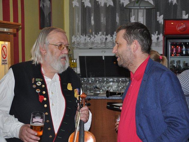 Dirigent Vojtěch Spurný (vpravo) po skončení vzpomínkového koncertu s jeho organizátorem Pavlem Eremiášem ze Strakonické  dudácké muziky, kterou před lety založili žáci Vojtěcha Hrubého.