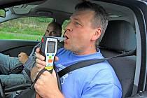 Nezbytnou součástí policejních kontrol bývá i dechová zkouška na zjištění alkoholu. Nevyhnuli se jí v pátek ani řidiči u Hluboké. Během první hodiny kontroly však nikdo nenadýchal.