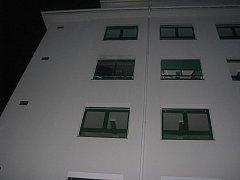 Požár vypukl ve třetím patře v rohovém pokoji čtyřpatrové budovy.
