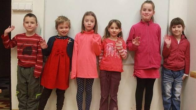 Žáci první třídy z Doudleb: Vojta Beran, Dorota Doležalová, Šárka Máderová, Anička Gajdošová, Anetka Bostlová, Hanička Dušáková.