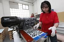 Firma SPM ze Štětí je jedinou v ČR, která vyrábí registrační značky pro motorová vozidla. Na snímku Edita Srbová u potahovacího stroje.