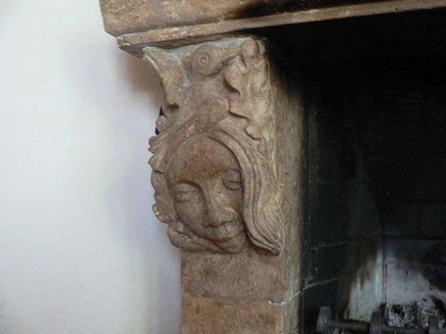 Originální výzdobu má krb vchalupě manželů Rudovských. Do ostění jsou vytesané itváře majitelů domu. Na snímku portrét Radky Rudovské.