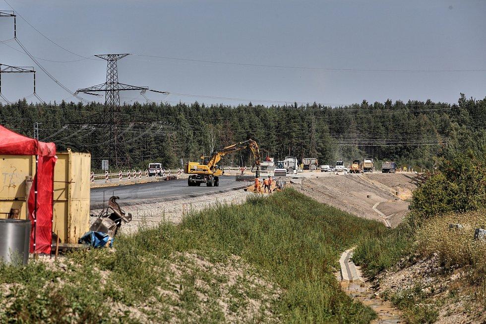 Stavba dálnice vyhnala auta na silnici, která vede centry obcí.