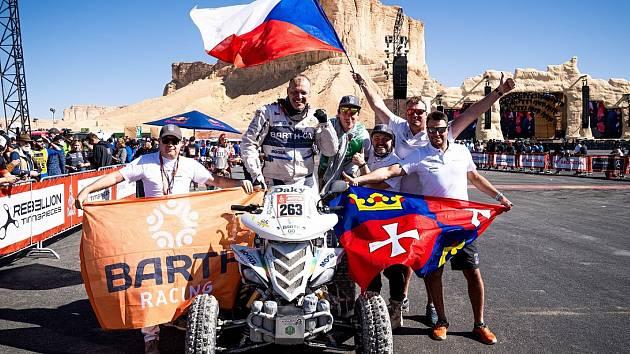 Zdeněk Tůma se svým týmem v cíli Rallye Dakar.