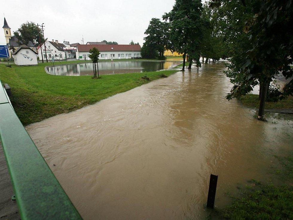 V Češňovicích se 4. srpna rozvodil Břehovský potok a zaplavil několik stavení.