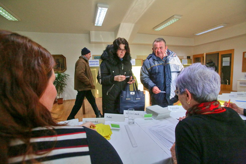 """""""Jsem překvapený, jak moc voliči chodí,"""" řekl člen volební komise v Ledenicích Petr Šrajer."""