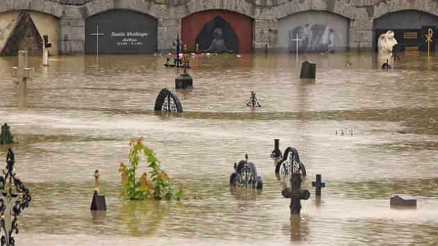 Zaplavený hřbitov u sousedů.