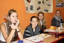 Zvláštní hostinu ze surovin, které dohromady nepřesáhly cenu dvaceti korun, si vychutnaly studentky Česko – anglického gymnázia v Českých Budějovicích Naďa Keislerová, Natálie Klee, Lucie Draslarová a Kristýna Králová (zleva).