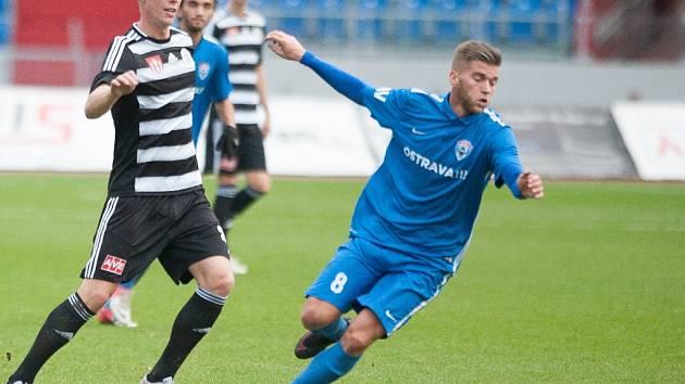 Adrián Čermák v zápase Dynama ve Vítkovicích stíhá domácího Richarda Vaňka.