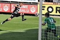 Patrik Čavoš v zápase s Hradcem Králové střílí vedoucí gól Dynama.