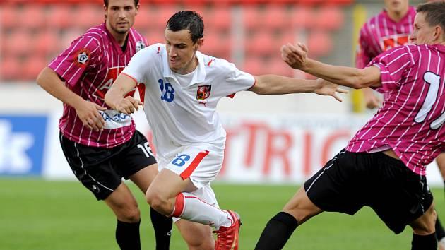 Český reprezentant Jiří Kladrubský uniká v podzimním modelovém utkání s Dynamem  Janu Svátkovi.