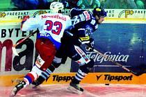 Českobudějovický obránce Lukáš Bolf se snaží zastavit libereckého Pavla Kašpaříka. Mountfield v neděli na severu Čech vyhrál 2:1 v prodloužení.