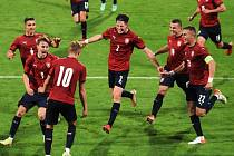 Obrovská radost Martina Vitíka (má číslo 2) a celého týmu z vítězného gólu.