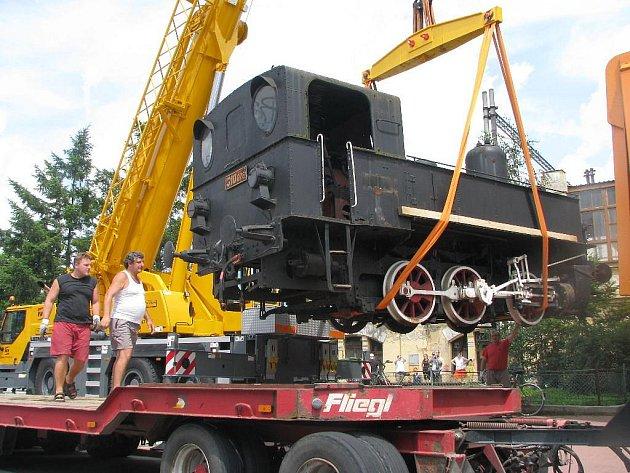 Historická lokomotiva, která stála před českobudějovickým nádražím, je pryč.