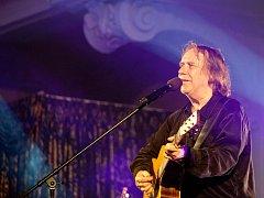 Jaromír Nohavica zahrál 6. července v českokrumlovské zámecké jízdárně na Festivalu komorní hudby. Vyprodaný sál tleskal 33 písničkám, zazněly i hity Dokud se zpívá nebo Hlídač krav.