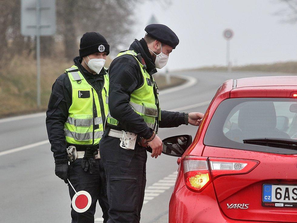 Policejní kontroly na hranicích okresů budou do středy benevolentní. Lidé se zatím můžou prokázat například mailem od zaměstnavatele.