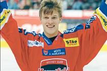 Tomáš Verner zdraví fanoušky na exhibici v dresu hokejistů HC Mountfield.