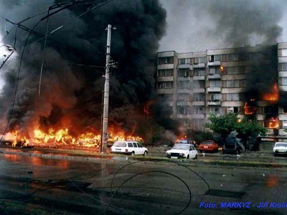VOtavské ulici hořela auta na parkovišti a panelový dům, vchody 2a 4.