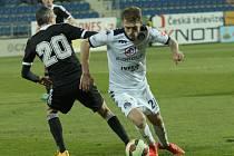 Milan Kerbr se v Uherském Hradišti snaží obejít budějovického Tomáše Janotku.