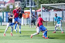 Pavel Novák ve vzdušném souboji s Beauguelem: Plzeň – Dynamo v přípravě 2:0.