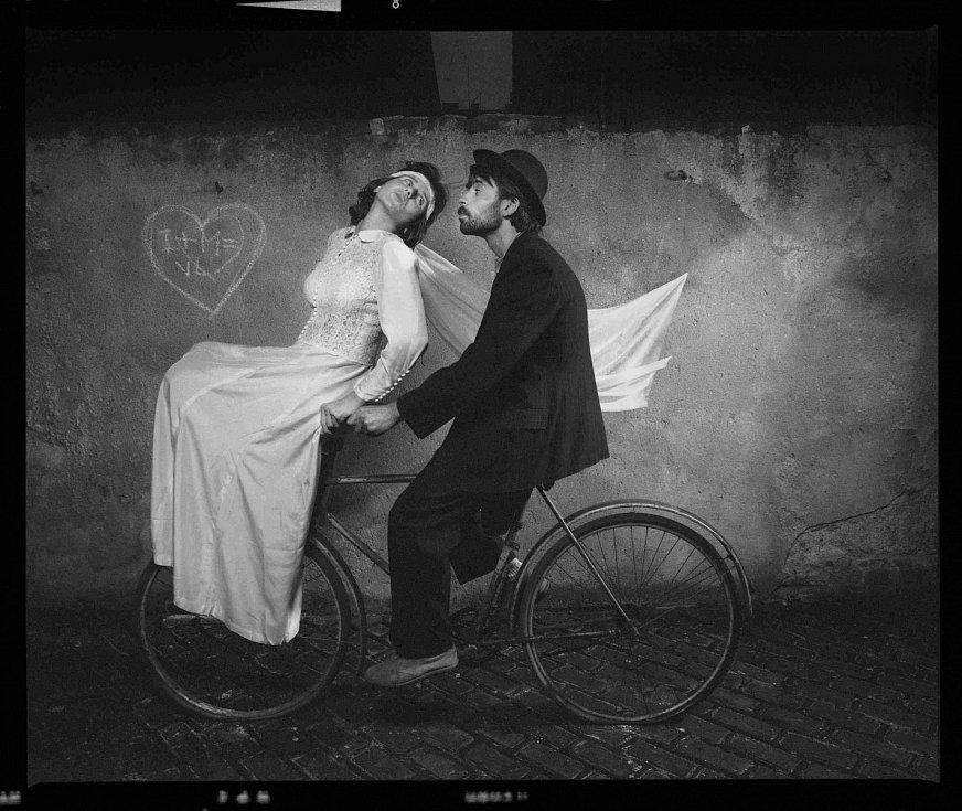 Fotograf Michal Tůma má monografii, která vyšla v prosinci 2014 v nakladatelství Foto Mida. Snímek Ivana a Mirek, 31. květen 1987.