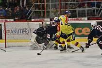 Miroslav Holec (ve žlutém) překonává Dominika Pavláta v brance Chomutova a zvyšuje na 2:0.