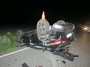 Na silnici z obce Žár do Nových Hradů auto dostalo smyk, vrazilo do stromu a převrátilo se na střechu.