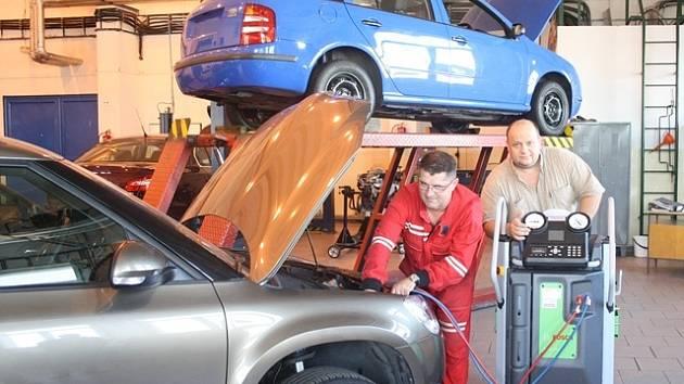 Nové přístroje v dílnách VOŠ a SPŠ automobilní