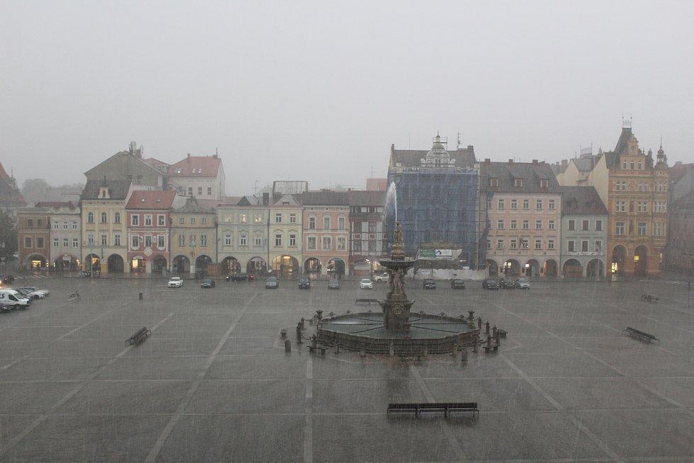 Bouře a déšť v Českých Budějovicích překazila pondělní odpoledne všem, kteří si vyšli posedět na otevřené zahrádky.