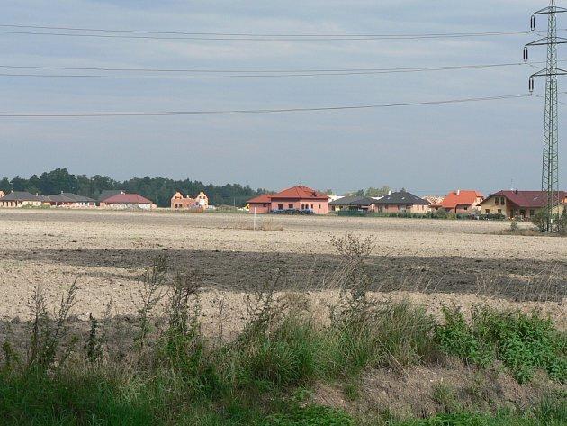Rozšiřující se zástavbu v okrajových částech Českých Budějovic možná u Rožnova omezí plány na rozvoj letiště. Náš snímek je z polí u Roudného.