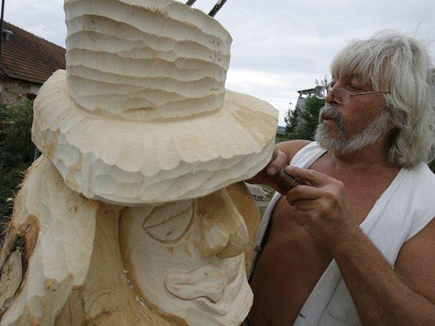 Pavel Klabouch z Dobré Vody u Českých  Budějovic vyřezává z lipového dřeva figuru vodníka jménem Mlsálek.