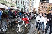 Sraz motorkářů na budějovickém náměstí Přemysla Otakara II. na Štědrý den v poledne.
