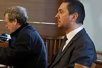 Bývalý primátor Juraj Thoma čelí u soudu obžalobě ze zneužití pravomoci úřední osoby. Na archivním snímku z únorového jednání je se svým obhájcem Josefem Dvořákem.