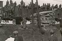 Lednový vlak smrti se nikdo neodvážil fotografovat. Na snímku je zachycen transport před budějovickým nádražím v květnu 1945. Tehdy byli strážní benevolentnější a umožnili  poskytnout vězňům potraviny.